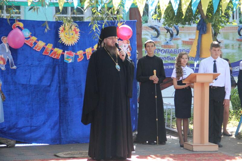 Преосвященный Владимир принял участие в торжественной линейке в честь Дня Знаний